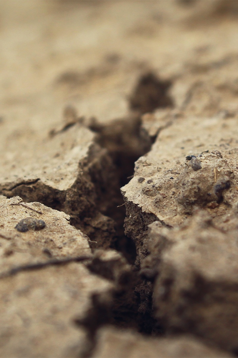 Symbolbild Trennung: Spalt im Boden